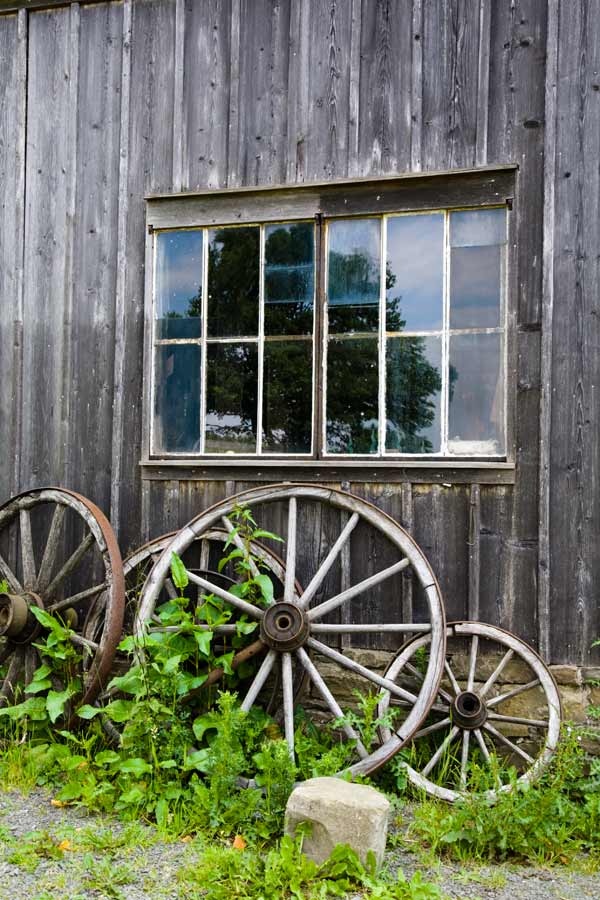 Holzräder am Holzhaus